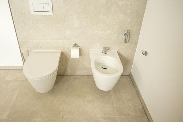 Raisch Fliesenfachgeschäft und hochwertige Fliesenarbeiten in der Region Stuttgart - hier: Neugestaltung Bad in warmen Tönen - www.raisch-fliesen.de - Ansicht Toilette