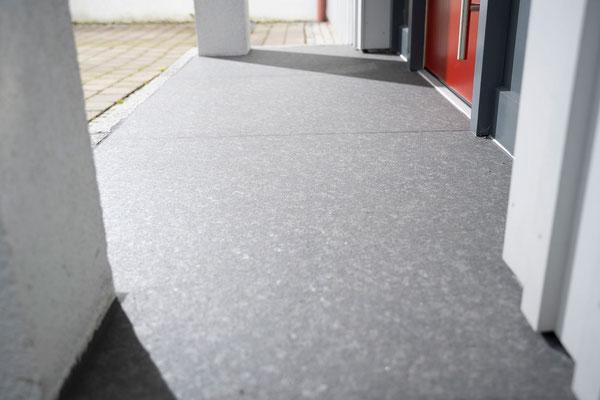 Raisch Fliesenfachgeschäft und hochwertige Fliesenarbeiten in der Region Stuttgart - hier: Eingangsbereich Hauseingang aus Granit / Granitsteinen - www.raisch-fliesen.de - Detail Granitplatte