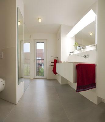 Fliesenlegerfachbetrieb Fliesenfachgeschäft Matthias Raisch - Stilvolle Badgestaltung im 5 Units für Wilma in Tübingen - XXL-Fliesen