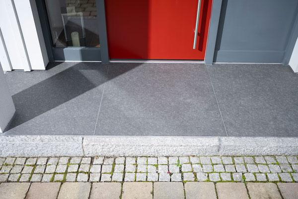 Raisch Fliesenfachgeschäft und hochwertige Fliesenarbeiten in der Region Stuttgart - hier: Eingangsbereich Hauseingang aus Granit / Granitsteinen - www.raisch-fliesen.de - Ansicht auf die dunkle Granitplatte
