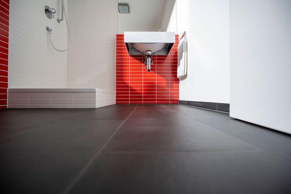 Raisch Fliesenfachgeschäft und hochwertige Fliesenarbeiten in der Region Stuttgart - hier: Gäste WC Gästebad Badezimmer in Rot - www.raisch-fliesen.de - Totale mit Boden