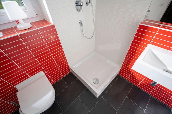 Raisch Fliesenfachgeschäft und hochwertige Fliesenarbeiten in der Region Stuttgart - hier: Gäste WC Gästebad Badezimmer in Rot - www.raisch-fliesen.de - Dusche schräg
