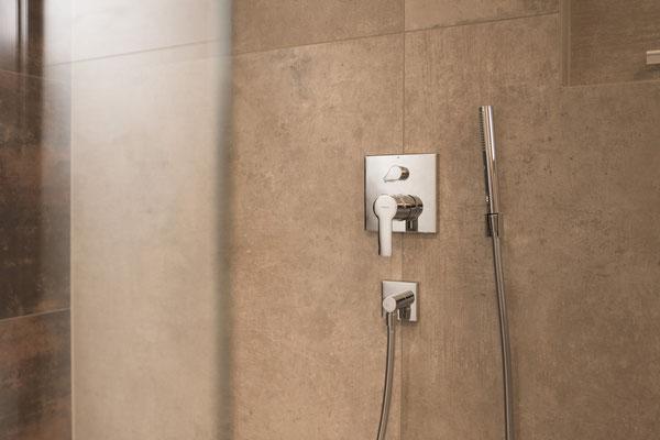 Fliesen in Betonoptik - puristisch und mediterran - warme Farbtöne - von Raisch Fliesen, Stuttgart und Ostfildern - Dusche mit Armaturen