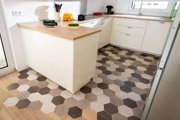 Raisch Fliesen Stuttgart und Esslingen - Küchenboden mit Sechseckfliesen - Hexagonal und charmant - Ansicht in die Küche