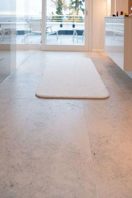Fliesenlegerfachbetrieb Fliesenfachgeschäft Matthias Raisch - einzigartige Natursteinplatten aus Jura Marmor grau blau in erhabenem Stuttgarter Penthouse. Bad und Flur