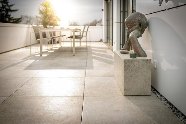 Fliesenlegerfachbetrieb Fliesenfachgeschäft Matthias Raisch - Penthouse in Stuttgart - Tradition trifft Innovation mit edlem Feinsteinzeug von Raisch. Podest im Außenbereich.