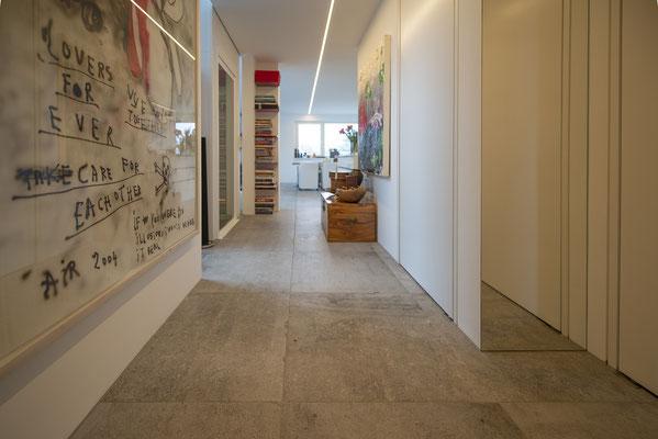 Fliesenlegerfachbetrieb Fliesenfachgeschäft Matthias Raisch - Penthouse in Stuttgart - Tradition trifft Innovation mit edlem Feinsteinzeug von Raisch. Flur Ansicht