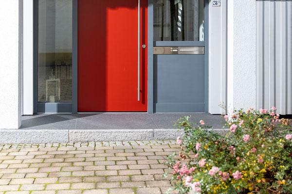 Raisch Fliesenfachgeschäft und hochwertige Fliesenarbeiten in der Region Stuttgart - hier: Eingangsbereich Hauseingang aus Granit / Granitsteinen - www.raisch-fliesen.de - Ansicht Front