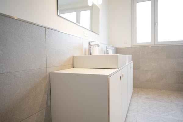 Raisch Fliesenfachgeschäft und hochwertige Fliesenarbeiten in der Region Stuttgart - hier: Badausbau in Loft in Leinfelden-Echterdingen - www.raisch-fliesen.de - Waschtisch von der Seite