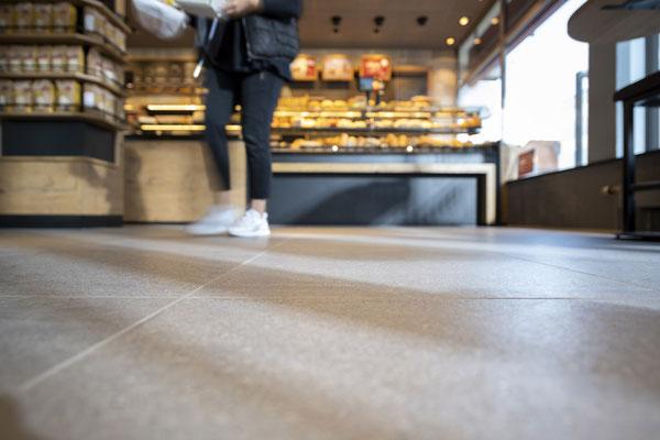 Raisch Fliesenfachgeschäft und hochwertige Fliesenarbeiten in der Region Stuttgart - hier: Stadtbäckerei Schultheiss - www.raisch-fliesen.de - Bodenfliesen in anthrazit Ansicht Fliesen