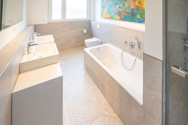 Raisch Fliesenfachgeschäft und hochwertige Fliesenarbeiten in der Region Stuttgart - hier: Badausbau in Loft in Leinfelden-Echterdingen - www.raisch-fliesen.de - Blick von der Dusche