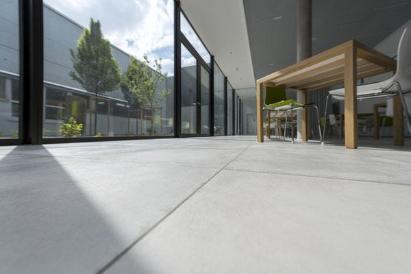 Raisch Fliesenfachgeschäft und hochwertige Fliesenarbeiten in der Region Stuttgart - hier: Firmengebäude von Knödler Ostfildern - www.raisch-fliesen.de - Flur Boden