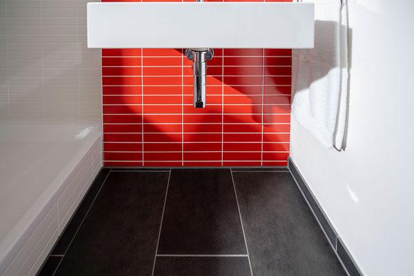 Raisch Fliesenfachgeschäft und hochwertige Fliesenarbeiten in der Region Stuttgart - hier: Gäste WC Gästebad Badezimmer in Rot - www.raisch-fliesen.de - unter dem Waschbecken