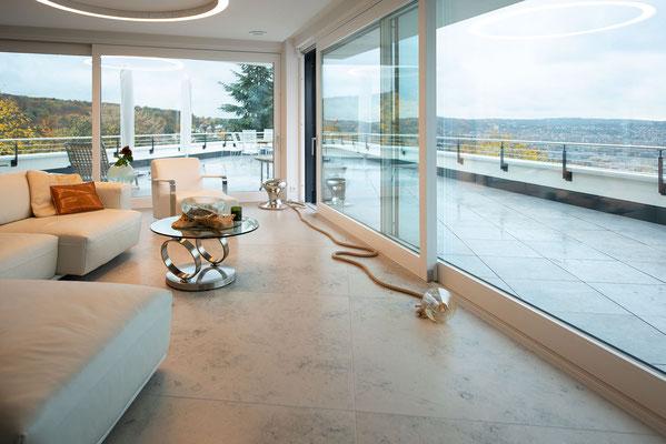 Fliesenlegerfachbetrieb Fliesenfachgeschäft Matthias Raisch - einzigartige Natursteinplatten aus Jura Marmor grau blau in erhabenem Stuttgarter Penthouse. Wohnbereich mit Aussicht