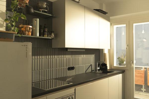 Fliesen matt dunkelgrau, 5x20 cm, mit 3D-Effekt - innovatives Design mit Vintage-Charme von Raisch Fliesen, Stuttgart, Küchenzeile