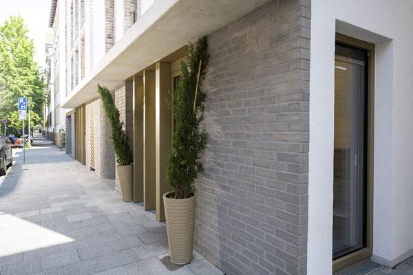 Fliesenlegerfachbetrieb Fliesenfachgeschäft Matthias Raisch - Fassade mit Klinkerriemchen in Esslingen von www.fliesen-raisch.de. Außenfassade mit Klinker - und Messing