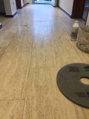 Raisch Fliesen - Professionelle Aufbereitung Travertin Boden - vorher