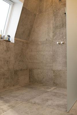 Fliesenlegerfachbetrieb Fliesenfachgeschäft Matthias Raisch - Penthouse in Stuttgart - Tradition trifft Innovation mit edlem Feinsteinzeug von Raisch. Bad mit großzügiger Dusche