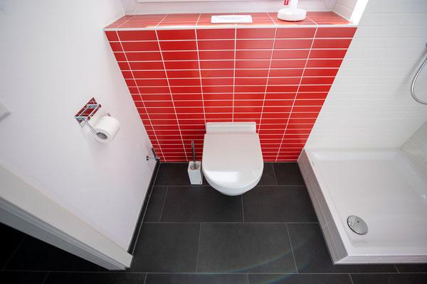 Raisch Fliesenfachgeschäft und hochwertige Fliesenarbeiten in der Region Stuttgart - hier: Gäste WC Gästebad Badezimmer in Rot - www.raisch-fliesen.de - Toilette