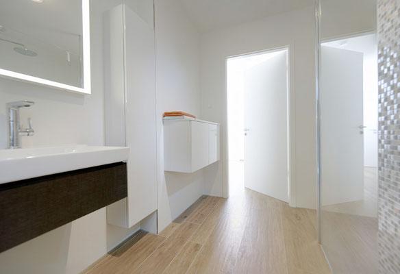 Fliesenlegerfachbetrieb Fliesenfachgeschäft Matthias Raisch - Stilvolle Badgestaltung im 5 Units für Wilma in Tübingen - puristisch und klar - Fliesen in Holzoptik