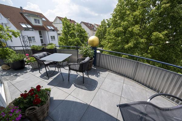 Fliesenlegerfachbetrieb Fliesenfachgeschäft Matthias Raisch - Feinsteinzeugfliesen in 60 x 60 cm für den Balkon von www.fliesen-raisch.de. Trittfest und elegant