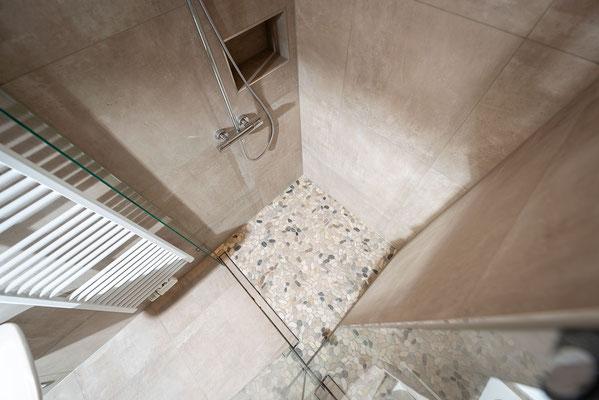 Raisch Fliesen Stuttgart, Esslingen und Filderstadt - Modernes barrierefreies Bad mit Betonoptik Fliesen in Esslingen Raum Stuttgart - Dusche von oben