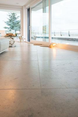 Fliesenlegerfachbetrieb Fliesenfachgeschäft Matthias Raisch - einzigartige Natursteinplatten aus Jura Marmor grau blau in erhabenem Stuttgarter Penthouse. Wohnzimmer