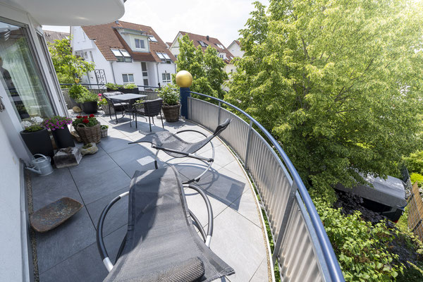 Fliesenlegerfachbetrieb Fliesenfachgeschäft Matthias Raisch - Feinsteinzeugfliesen in 60 x 60 cm für den Balkon von www.fliesen-raisch.de. Trittfest und elegant. Ansicht mit Geländer.