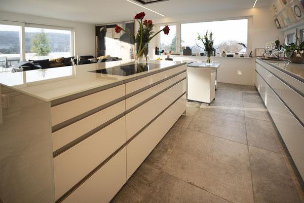 Fliesenlegerfachbetrieb Fliesenfachgeschäft Matthias Raisch - Penthouse in Stuttgart - Tradition trifft Innovation mit edlem Feinsteinzeug von Raisch. Küche