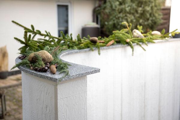 Raisch Fliesenfachgeschäft und hochwertige Fliesenarbeiten in der Region Stuttgart - hier: Granitplatte Außenbereich Abdeckplatte für eine Mauer - www.raisch-fliesen.de - Ansicht von der Seite