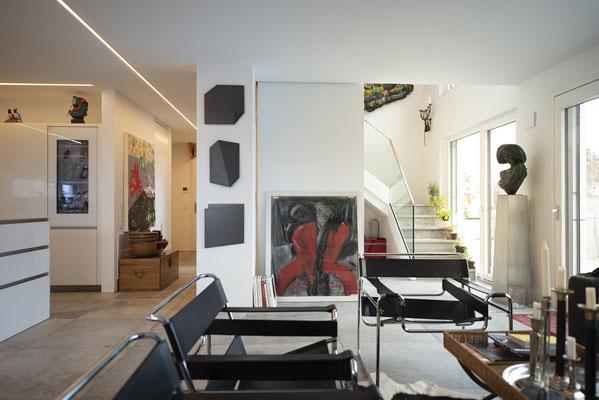 Fliesenlegerfachbetrieb Fliesenfachgeschäft Matthias Raisch - Penthouse in Stuttgart - Tradition trifft Innovation mit edlem Feinsteinzeug von Raisch. Wohnzimmer mit Objekten
