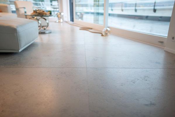 Fliesenlegerfachbetrieb Fliesenfachgeschäft Matthias Raisch - einzigartige Natursteinplatten aus Jura Marmor grau blau in erhabenem Stuttgarter Penthouse. Marmor Platten
