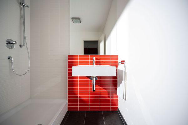 Raisch Fliesenfachgeschäft und hochwertige Fliesenarbeiten in der Region Stuttgart - hier: Gäste WC Gästebad Badezimmer in Rot - www.raisch-fliesen.de - Waschbecken frontal