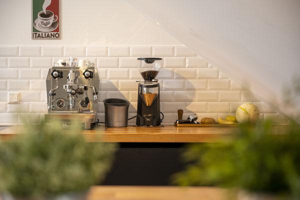 Raisch Fliesenfachgeschäft und hochwertige Fliesenarbeiten in der Region Stuttgart - hier: Leinfelden-Echterdingen: Loft mit Metro Fliesen - Ansicht Küche - Vintage Metro, Vintage Espresso Maschine mit E61 - www.raisch-fliesen.de - Ansicht mit Schild