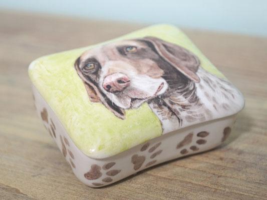 unieke-handbeschilderde-dieren-urnen-voor-dieren-urn-hond-handbeschilderde-honden-urnen-voor-huisdieren-handgeschilderde-honden-urnen-maatwerk-urn-voor-dieren-bijzondere-dierenurnen-gedenkdoosjes-urnen-voor-honden-asdoosjes-laten-beschilderen-asdoosje