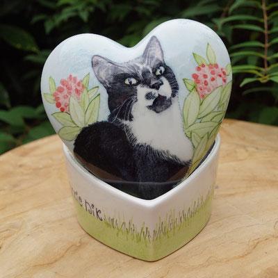 urn-kat-hart-urn-kat-hartvorm-unieke-dierenurnen-kat-maatwerk-urnen-voor-dieren-urnen-voor-huisdieren-unieke-dieren-urnen-handbeschilderde-urnen-maatwerk-urn-dier-persoonlijke-urnen-bijzondere-dierenurnen-katten-urnen-phebe-portret-urnen-voor-katten-urnen