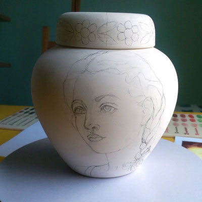 Voortekening-maatwerk-urn-Voortekening-maatwerk-urnen-Ontwerp-exclusieve-urn-Bijzondere-urn-ontwerp-Unieke-urn-ontwerp-persoonlijke-urn-Ontwerp-speciale-urn-Ontwerp-keramische-urn-Ontwerp-originele-urn-met-portret-Phebe-Portret-Urnen-Kinder-urn-maatwerk