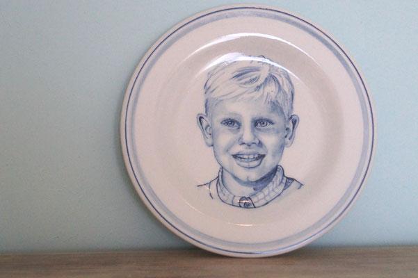 Handbeschilderd-Delfts-Blauw-Bord-met-portret-kind-Gedenkbord-keramiek-handgeschilderde-gedenkborden