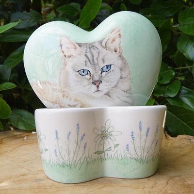 urn-kat-hart-urn-kat-hartvorm-unieke-dierenurnen-met-foto-urnen-voor-dieren-urn-unieke-dieren-urnen-handbeschilderde-urnen-maatwerk-urn-dier-persoonlijke-urnen-bijzondere-dierenurnen-katten-urnen-phebe-portret-urnen-voor-katten-urnen-persoonlijke-urn-kat