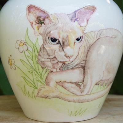 urn-kat-unieke-dierenurnen-kat-maatwerk-urnen-voor-dieren-urnen-voor-huisdieren-unieke-dieren-urnen-handbeschilderde-urnen-maatwerk-urn-dier-persoonlijke-urn-laten-maken-bijzondere-dierenurnen-katten-urnen-phebe-portret-urnen-voor-katten-urn-Sphynx-kat