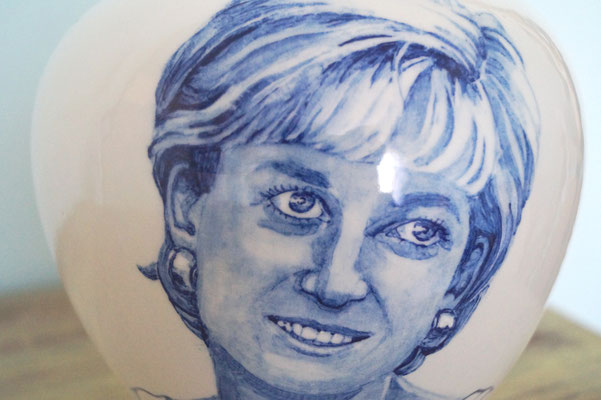 Unieke-handbeschilderde-urnen-Gepersonaliseerde-urn-met-Portret-detailaanzicht-Portret-urn-Bijzondere-urnen-Maatwerk-Urn-Persoonlijke-Urn-laten-maken-Handgemaakte-Urnen-Urn-laten-beschilderen-handgeschilderde-urnen-persoonlijke-urnen-maatwerk-urnen