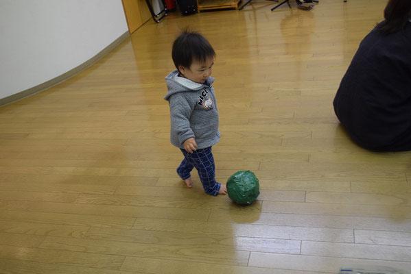 緑の布ガムテでくるんだ、新聞紙ボール。未来のサッカー選手がキック!