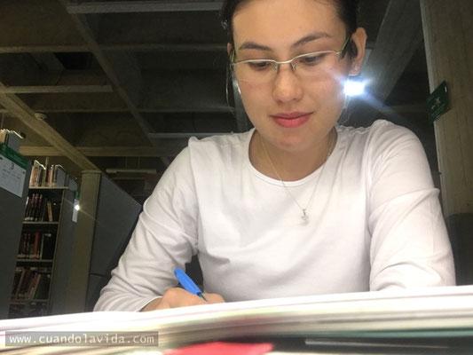 FELICIDAD ES DEDICARSE A LO QUE NOS GUSTA. Mi cubículo en el 4to piso de la biblioteca de la Universidad de La Sabana