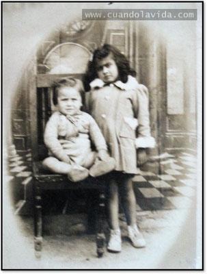Mi padre de bebé y a su lado, su hermana.