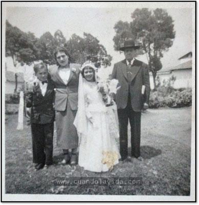 Primera Comunión de mi tía. A su lado, mi abuelo, mi abuela y mi tío.
