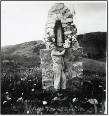 Mi padre visitando a la Virgen del campo de Atofiero.