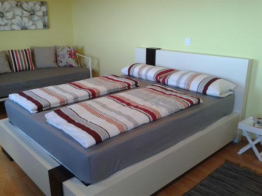 Das Doppelbett im oberen Zimmer/Studio.