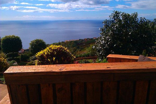 Gartenbank mit Blick über Garten und Atlantik.