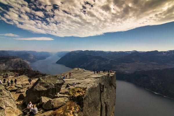 Der Preikestolen fällt 604m senkrecht in den Lysefjord hinab
