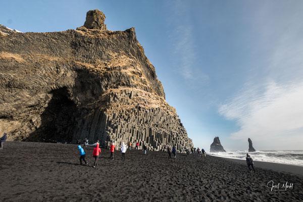 der schwarze Sandstrand Reynisfjara bei Vik, Basalthöhle